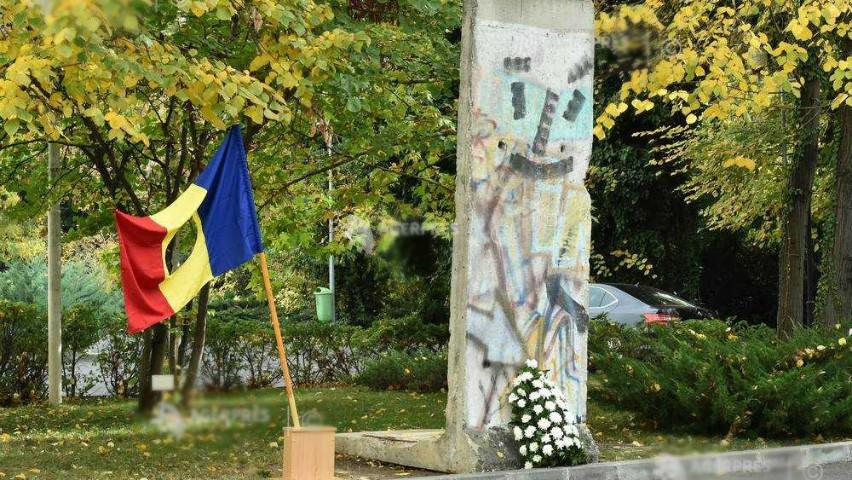 Foto: Un fragment din Zidul Berlinului a fost expus la București