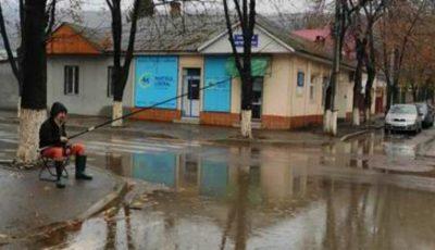 """Un bărbat din Soroca a ieșit la ,,pescuit"""" în mijlocul unui drum"""