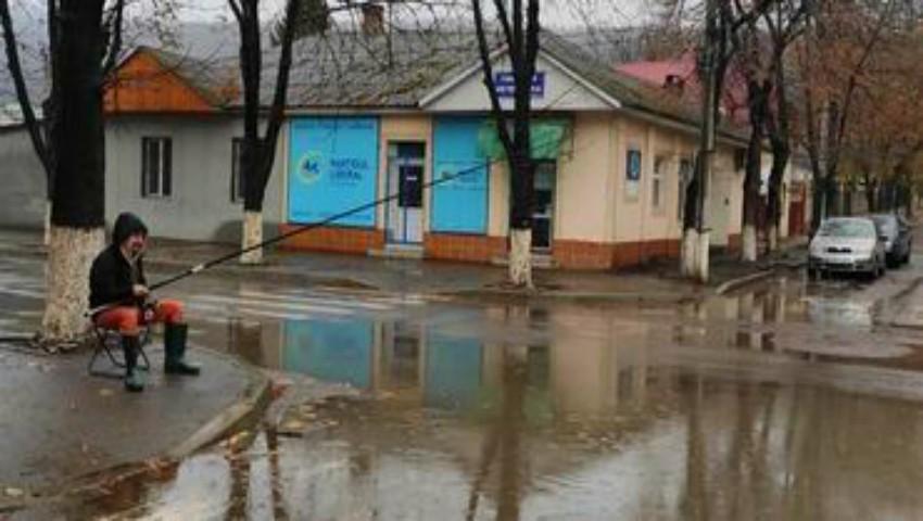 """Foto: Un bărbat din Soroca a ieșit la ,,pescuit"""" în mijlocul unui drum"""