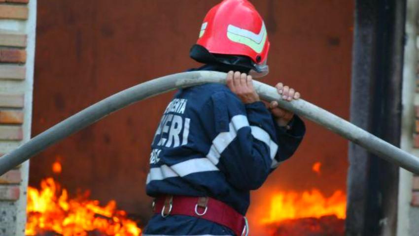 Foto: Un tânăr pompier și familia sa au rămas fără casă, în urma unui incendiu. Să ajutăm împreună această familie!