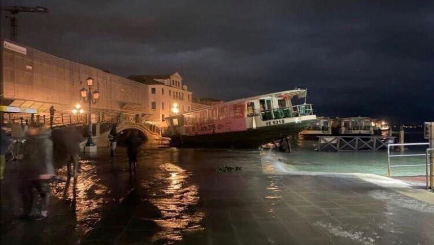 Foto: Veneţia, lovită de apocalipsă. Alarma pentru inundații s-a auzit în tot orașul