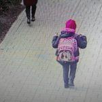 Foto: Panica la Cricova. Bărbați necunoscuți ademenesc copiii cu dulciuri și cadouri, pe străzi