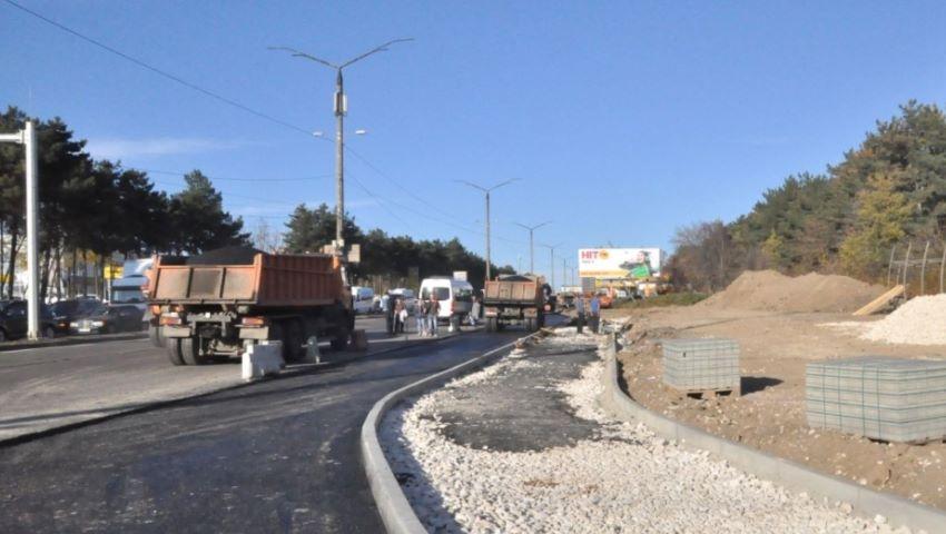 Foto: Gata cu ambuteiajele. La intersecția străzilor Studenților și Calea Orheiului a apărut o bandă de încadrare pentru a ușura traficul