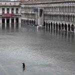 Foto: O nouă maree a lovit astăzi oraşul Veneția. Nivelul apei a crescut