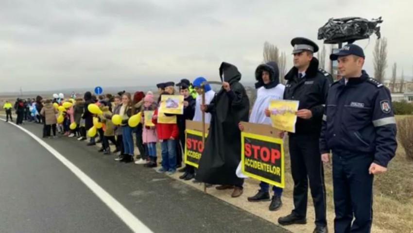 """Foto: ,,O secundă de atenţie, o viaţă salvată"""". Tinerii au organizat un flash-mob pe șoseaua de centură Orhei"""