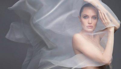 Inedit! Angelina Jolie a pozat complet goală pentru revista Harpers Bazaar