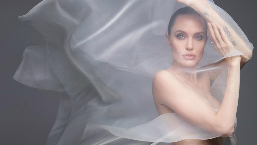 Foto: Inedit! Angelina Jolie a pozat complet goală pentru revista Harpers Bazaar