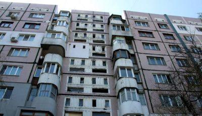 Un copil de 8 ani a căzut de pe acoperișul unui bloc cu nouă etaje