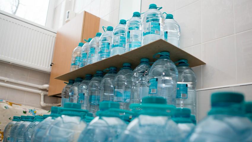 Foto: Kaufland a donat 50 de mii de litri de apă pentru 26 de grădinițe din Chișinău