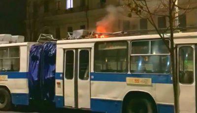 Un troleibuz a fost curprins de flăcări, în centrul Chișinăului