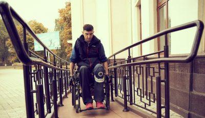 Vitalii Slipcenco din Tiraspol, prin activismul său civic, transformă mediul în care trăiește în unul accesibil persoanelor cu dizabilități