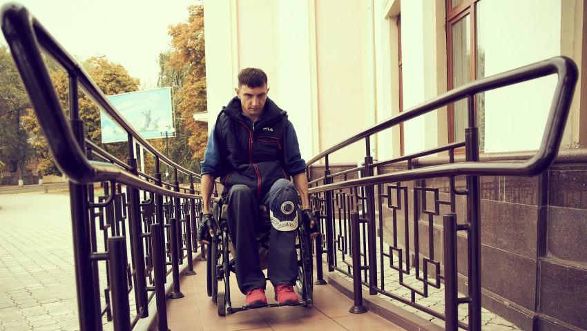 Foto: Vitalii Slipcenco din Tiraspol, prin activismul său civic, transformă mediul în care trăiește în unul accesibil persoanelor cu dizabilități