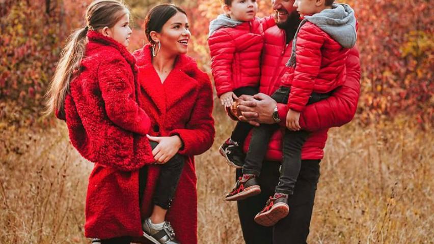 Foto: Doi interpreți din Moldova și-au asortat ținutele cu cele ale copiilor, la serbările de Crăciun