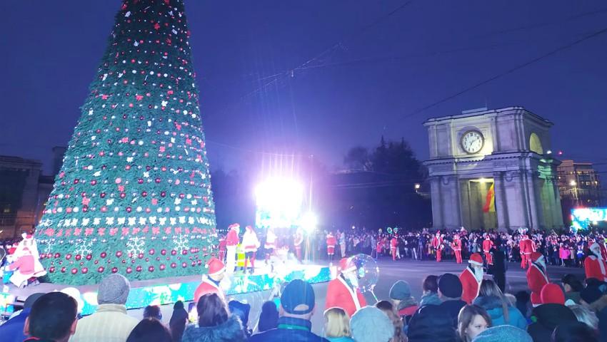 Foto: Poze și distracție gratuită pentru copii, la caruselul din Piața Marii Adunări Naționale