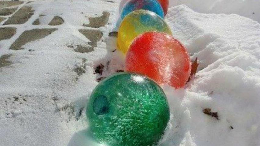 Foto: Distracție și decor de iarnă pentru curte. Cum poți face globuri colorate?