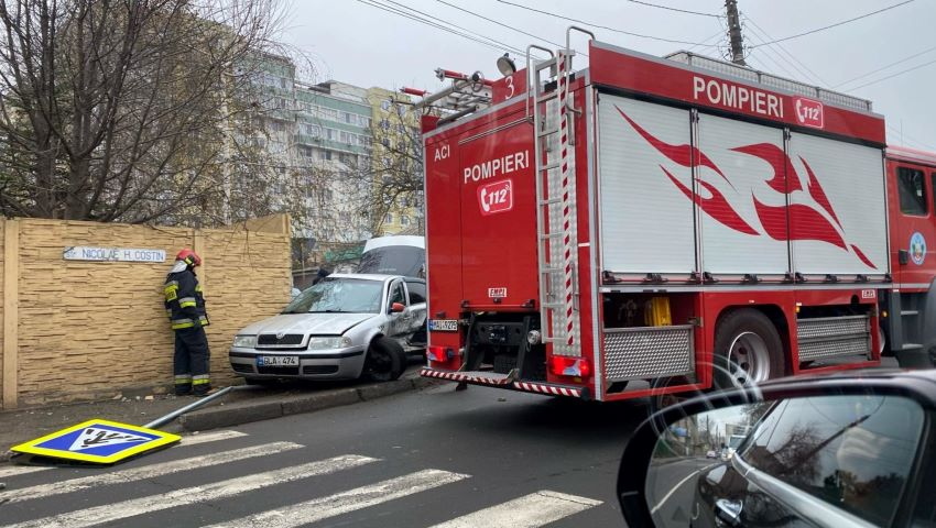 Foto: Accident grav pe strada Miron Costin. Ambulanța și pompierii au sosit la fața locului
