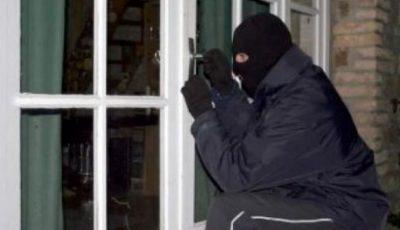 O femeie din Briceni a fost amenințată și jefuită în propria casă. Hoții au sustras bani și bijuterii