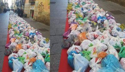 Tradiție de Crăciun. În fiecare an, într-o comună din Italia, localnicii lasă pe stradă sacoșe cu produse pentru cei nevoiași