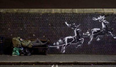 Pictură murală cu un Moș Crăciun fără adăpost, într-o sanie trasă de reni. Imagine virală în Marea Britanie
