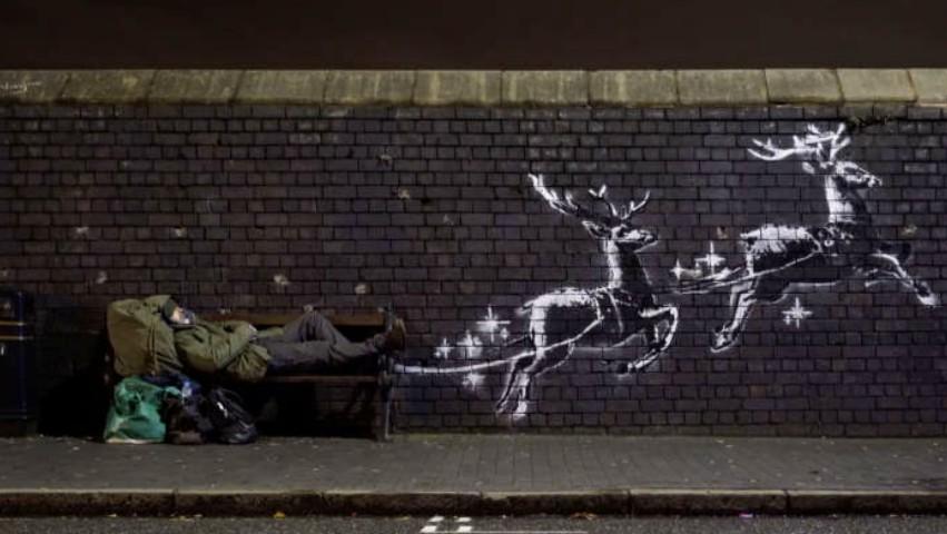 Foto: Pictură murală cu un Moș Crăciun fără adăpost, într-o sanie trasă de reni. Imagine virală în Marea Britanie
