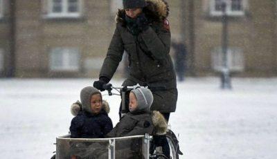 Familia regală daneză îşi duce şi iarna copiii la şcoală cu bicicleta