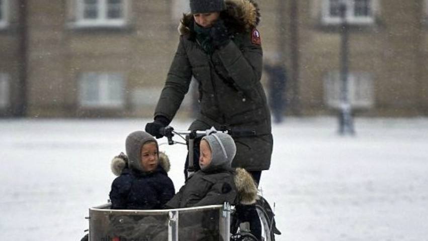 Foto: Familia regală daneză îşi duce şi iarna copiii la şcoală cu bicicleta