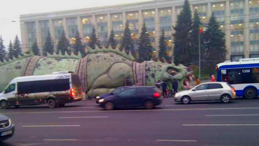 Foto: În centrul Capitalei a apărut o reptilă uriașă care sperie copiii