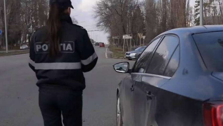 Foto: Video! Ce a pățit o polițistă din Moldova, căreia un șofer a refuzat să-i dea mită