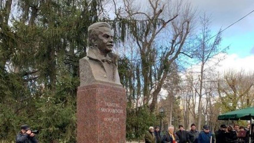 Foto: La Chișinău, a fost înălțat bustul poetului Dumitru Matcovschi