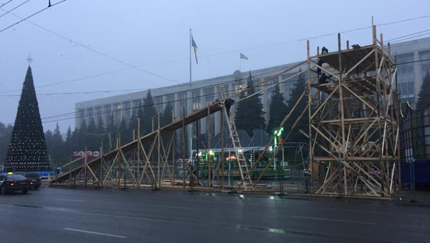 Foto: Lângă bradul din centrul Capitalei a apărut o altă monstruozitate