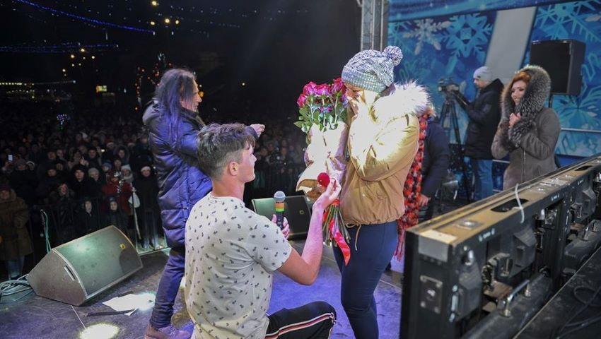 Foto: Revelion cu emoții! Un tânăr din Bălți și-a cerut iubita în căsătorie pe scena de sărbătoare