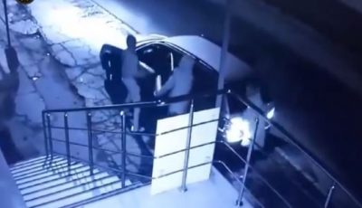 Video. Momentul în care o tânără este atacată și jefuită de doi indivizi, pe o stradă din capitală
