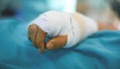 Un tânăr din Criuleni a rămas fără 4 degete, după ce i-a explodat în mână o petardă