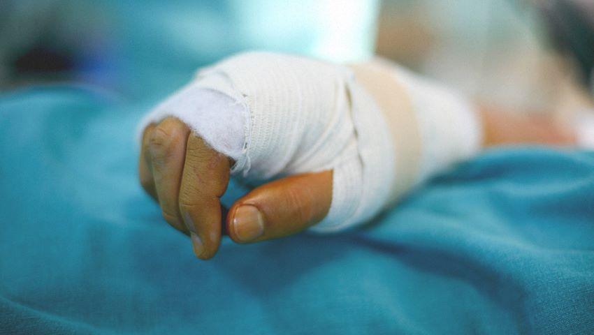 Foto: Un tânăr din Criuleni a rămas fără 4 degete, după ce i-a explodat în mână o petardă