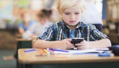 O școală din Moldova a interzis telefoanele mobile