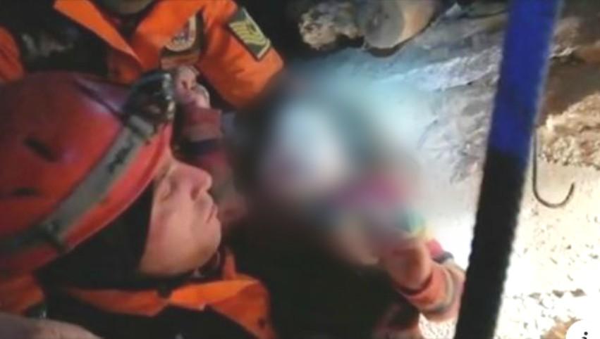 Foto: În Turcia, o fetiță de 2 ani a fost salvată de sub dărâmături, la o zi după cutremur