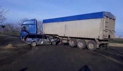 Grav accident la Cahul. Un automobil a intrat într-un camion