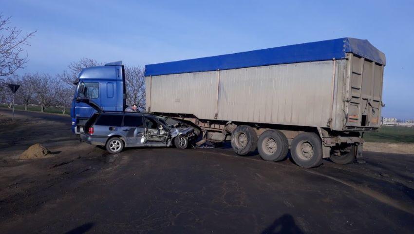 Foto: Grav accident la Cahul. Un automobil a intrat într-un camion