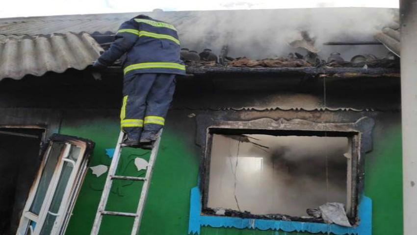 Foto: Incendiu la Telenești: un bărbat a fost internat cu arsuri, iar o femeie a murit