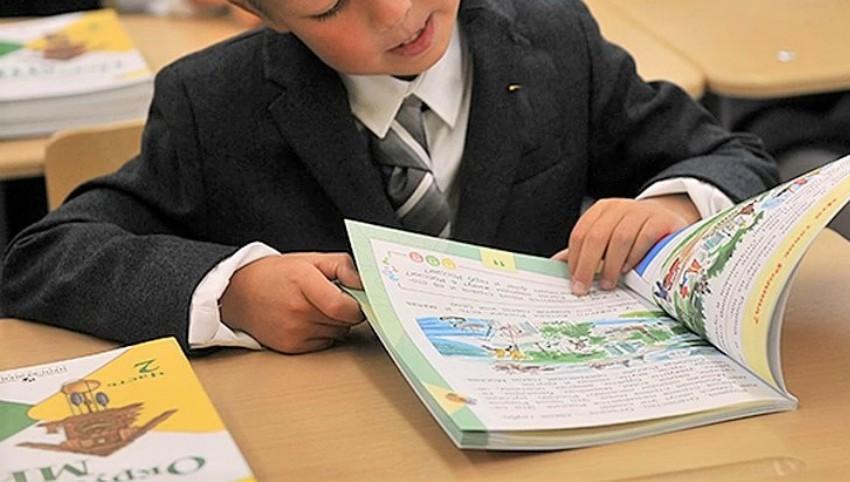 Foto: Îngrijorare: mai multe manuale noi pentru elevi emană un miros înțepător și ar conține mari cantități de plumb