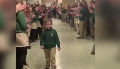 Video. Momentul emoționant în care un copil se întoarce la școală, după 3 ani de luptă cu cancerul
