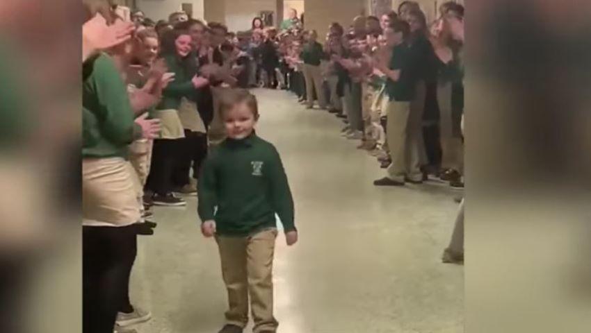 Foto: Video. Momentul emoționant în care un copil se întoarce la școală, după 3 ani de luptă cu cancerul