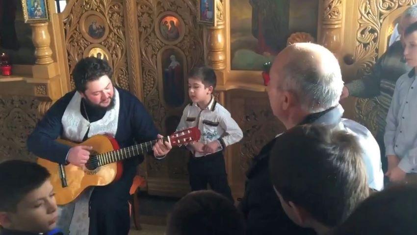 Foto: Video. Un preot din Moldova cântă cu chitara în fața altarului