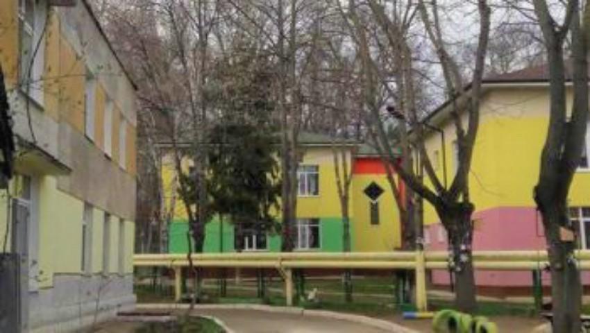 Foto: În Chișinău, începe construcția unui bloc cu nouă etaje, chiar la 5 metri de curtea unei grădinițe cu 400 de copii