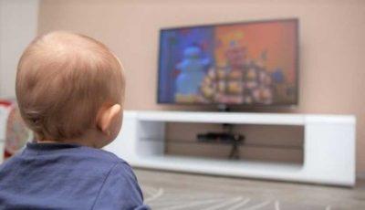 Studiu: la 90% dintre copiii de 2-3 ani diagnosticaţi cu o formă de autism, principalele cauze sunt televizorul, mobilul sau tableta