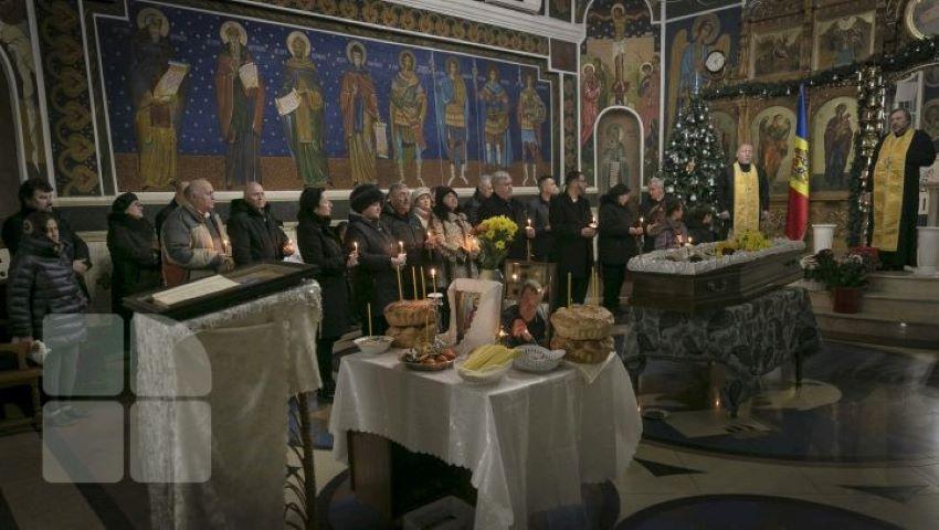 Foto: Corpul neînsuflețit al lui Ştefan Petrache a fost depus la biserica Sfânta Teodora de la Sihla