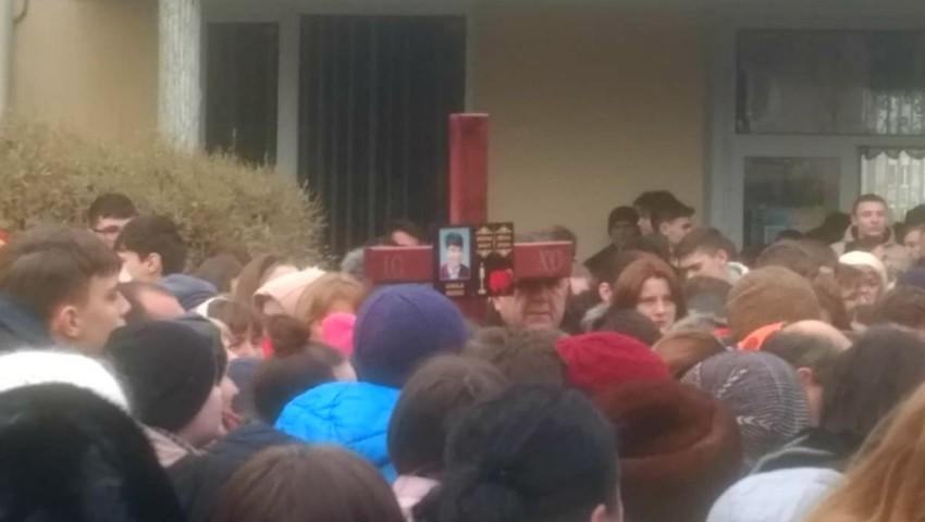 Foto: Doliu la Orhei. Elevul de 12 ani, înjunghiat mortal, adus în fața liceului unde a învățat