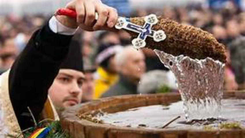 Foto: Creştinii ortodocşi de stil vechi sărbătoresc, astăzi, ajunul Bobotezei. Cum să folosim Agheasma Mare și apa sfințită