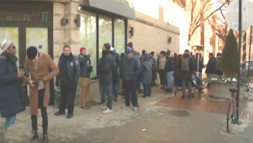 Foto: Mii de oameni la coadă la farmacii, după ce consumul de marijuana a devenit legal în Illinois