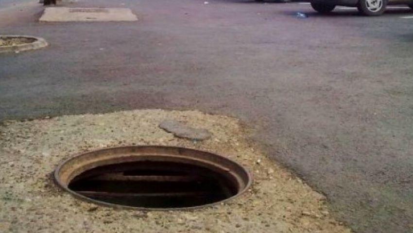 Foto: Un bărbat a căzut într-o groapă de canalizare adâncă, pe o stradă din Chișinău